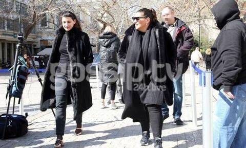 Κώστας Βουτσάς: Καταβεβλημένες οι κόρες του, Θεοδώρα και Νικολέτα στο λαϊκό προσκύνημα