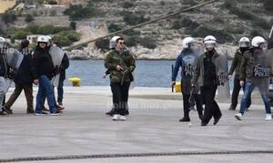 Εικόνες ντροπής στη Χίο: Αστυνομικοί με πολιτικά σε ρόλο χούλιγκαν σπάνε ΙΧ και ρίχνουν χημικά