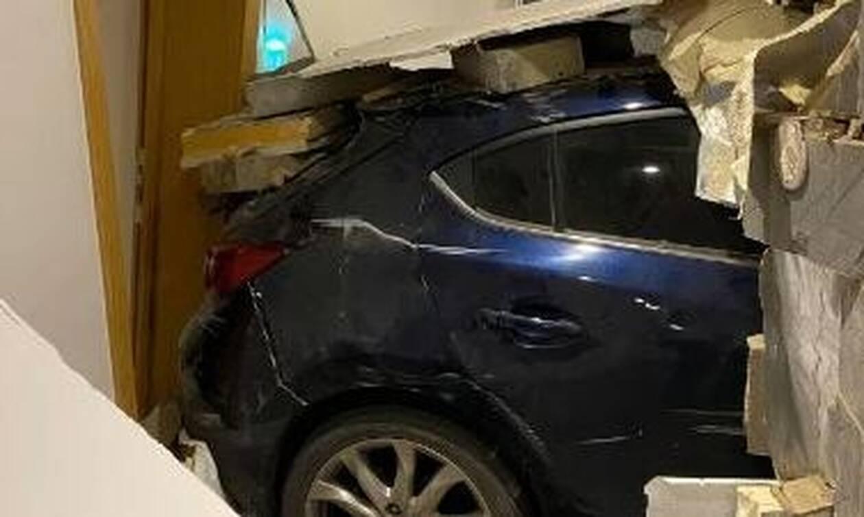 «Πάγωσε» άνδρας που καθόταν στο σαλόνι του – Έσπασε ο τοίχος και... (pics)