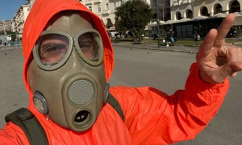 Θεσσαλονίκη: Φόρεσε στολή βιολογικού πολέμου και βγήκε για καφέ