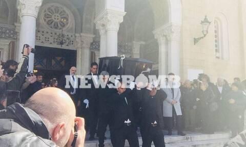 Κηδεία Κώστα Βουτσά: Συντετριμμένοι συγγενείς και φίλοι στο τελευταίο «αντίο» (pics)