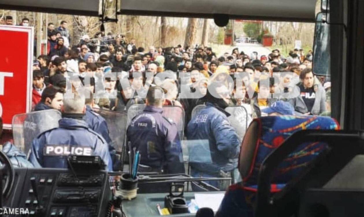 «Βόμβα»: Η Ελλάδα εξετάζει το ενδεχόμενο να κλείσει τα χερσαία σύνορα με την Τουρκία