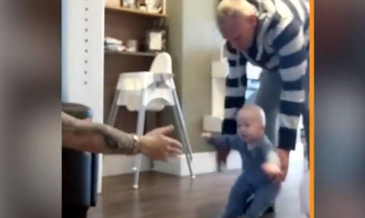 Μωρό προσπαθεί να κάνει τα πρώτα του βήματα - Δεν υπάρχει η αντίδραση της αδερφής του (vid)