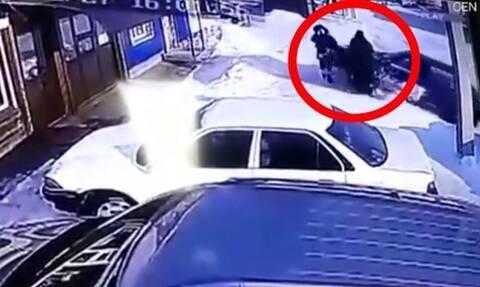 Εικόνες ΣΟΚ - Οδηγός σήκωσε στον αέρα πεζούς πριν τρακάρει παρκαρισμένα οχήματα (pics+vid)