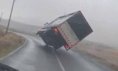 Εικόνες ΣΟΚ: Ισχυρή καταιγίδα έριξε σαν… χάρτινο πύργο ένα φορτηγό (vid)