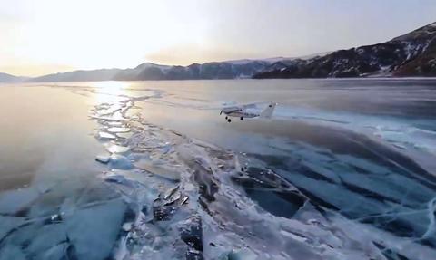 Τρομερές εικόνες! Αεροσκάφος κάνει προσγείωση σε παγωμένη λίμνη (vid)