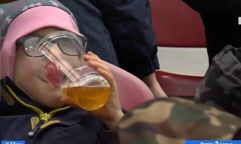 Χαμός! 6χρονο παιδί πίνει μπύρα σε ματς ποδοσφαίρου - Η αλήθεια θα σας ξαφνιάσει (vid)