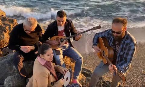 Κοροναϊός: Επικό τραγούδι από Κρητικούς - «Βγάλε τη μάσκα μη φοβάσαι φίλα με πανάθεμά σε»