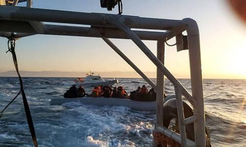 Βίντεο-ντοκουμέντο: Τουρκική ακταιωρός συνοδεύει βάρκα με μετανάστες προς την Ελλάδα