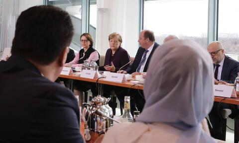 Κοροναϊός - Βίντεο: Υπουργός δεν έκανε χειραψία στη Μέρκελ - Πώς αντέδρασε