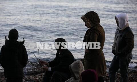 Μεταναστευτικό - «Βουλιάζουν» τα νησιά: Μετανάστες με παιδιά στοιβάζονται στο λιμάνι της Μυτιλήνης