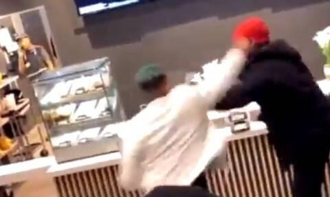 Χαμός σε κατάστημα fast-food - Έπαιξαν μπουνιές για μια σως! (pics)