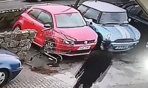 Καροτσάκι χτύπησε το αμάξι του - Αυτό που έκανε μετά διεκδικεί βραβείο ηλιθιότητας! (pics+vid)