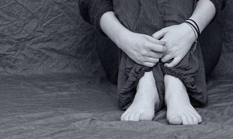ΣΟΚ στη Λάρισα: Προήγαγε την κόρη της στην πορνεία – Τη βίαζε και ο πατέρας της