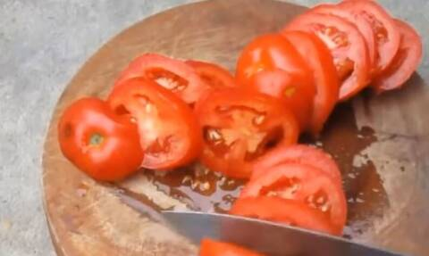 Παίρνει μια ντομάτα και την κόβει φέτες! Δεν υπάρχει περίπτωση να μην το κάνετε κι εσείς (video)