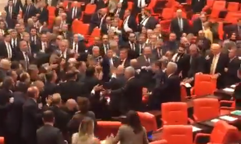 Τουρκία: Άγριο ξύλο στην Βουλή για τον Ερντογάν – Δείτε τι συνέβη (vid - pics)