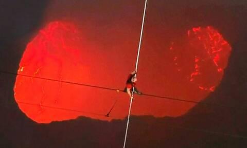 Αποφάσισε να περπατήσει πάνω από κρατήρα ενεργού ηφαιστείου! Το βίντεο κόβει την ανάσα...
