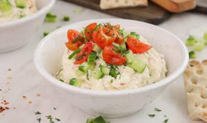 Η συνταγή της ημέρας: Τυροσαλάτα με φέτα και τυρί κρέμα