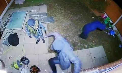 Εικόνες ΣΟΚ: Ληστές με ματσέτα προσπαθούν να μπουν σε σπίτι που υπάρχει μικρό παιδί (pics+vid)