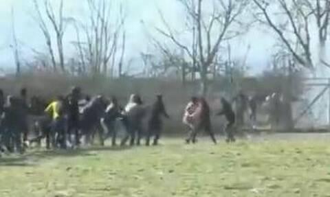 Έβρος: Βίντεο ντοκουμέντο – Μετανάστες προσπαθούν να γκρεμίσουν τον φράχτη