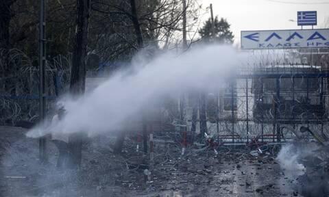 Έβρος - Βίντεο ντοκουμέντο: Τούρκοι και μετανάστες προσπαθούν να ρίξουν το φράχτη - Σκληρές «μάχες»