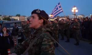 Ρίγη συγκίνησης: Διμοιρίτισσα στην Μυτιλήνη απαγγέλει τον εθνικό ύμνο και «σείεται η γη» (pics -vid)