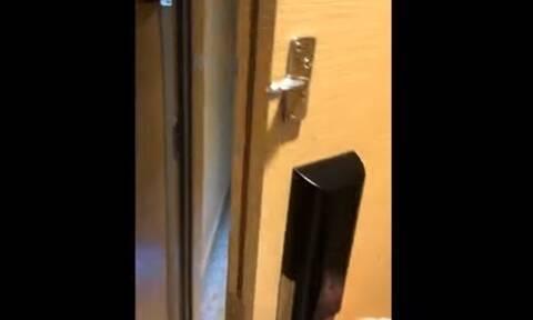 Παρήγγειλε καφέ στο δωμάτιο - Τα… έχασε άνοιξε την πόρτα (vid)