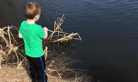 Απολαυστικό! Παιδί ψαρεύει για πρώτη φορά - Τρελό γέλιο η αντίδρασή του όταν πιάνει ψάρι (vid)