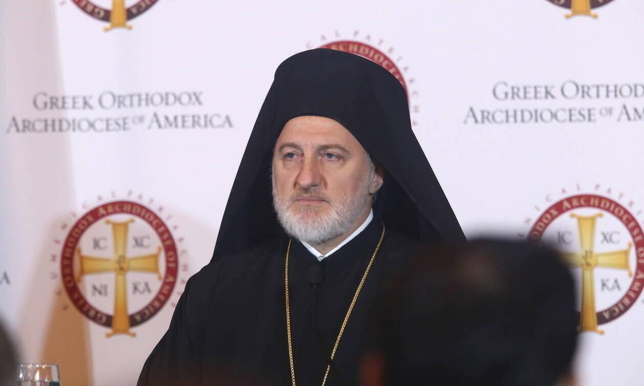 Κοροναϊός: Ποιος είναι ο Αρχιεπίσκοπος Αμερικής που τάσσεται σε άλλη γραμμή για τη Θεία Κοινωνία