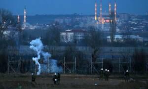 Έβρος: Νέα επεισόδια -  Πρόσφυγες άναψαν φωτιές και προσπαθούν να ρίξουν το φράχτη