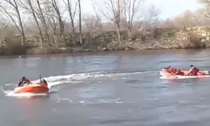 Έβρος: Οι Τούρκοι κάνουν σόου στον ποταμό με παρατεταμένα όπλα και φουσκωτές βάρκες (vid)