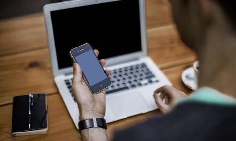 Κοροναϊός: Eστία μόλυνσης το κινητό σας - Έτσι θα το καθαρίσετε σωστά