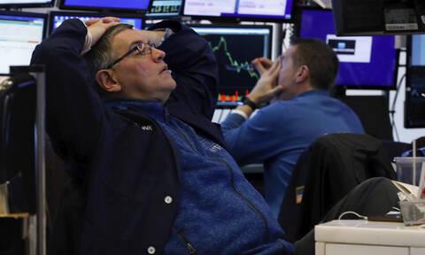 Ο κοροναϊός «χτυπά» και τη Wall Street: Εφιαλτικές προβλέψεις από τους αναλυτές