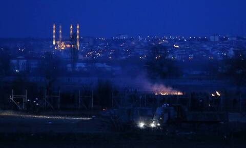Πεδίο μάχης και πάλι ο Έβρος: Μετανάστες επιχειρούν να κάψουν τον φράχτη - Χημικά και πετροπόλεμος