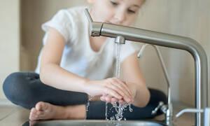 Κοροναϊός: Ο σωστός τρόπος για να πλύνουν καλά τα χέρια τους τα παιδιά (vid)