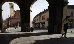 Κοροναϊός Ιταλία: Κάτοικοι τραγουδούν στα μπαλκόνια τους – Συγκλονιστικές εικόνες που θυμίζουν Ουχάν
