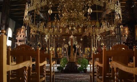 Κόρινθος: Ιερέας έβγαλε ηχεία για να ακουστεί η Θεία Λειτουργία και του έφεραν την... αστυνομία!