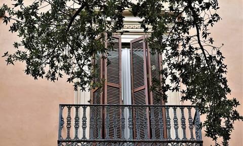 Κορονοϊός: Έλληνας βγήκε στο μπαλκόνι για τραγούδι - Μυθική η απάντηση που πήρε (vid)