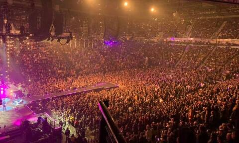 Κορονοϊός: Σοκαριστικές εικόνες σε συναυλία των Stereophonics - 25.00 άνθρωποι στις εξέδρες!