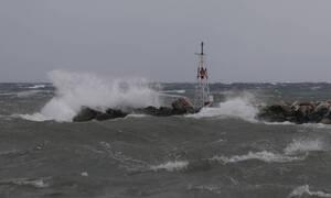 Καιρός ΤΩΡΑ: Απαγορευτικό απόπλου από τα λιμάνια - Θυελλώδεις άνεμοι στα πελάγη