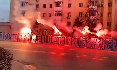 Κορονοϊός: Οπαδοί έξω από νοσοκομείο στη Ρουμανία (video)