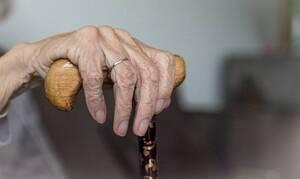 Εκπληκτική γιαγιά - Μένει σπίτι λόγω καραντίνας και αυτό που κάνει συγκινεί όλον τον κόσμο (pics)