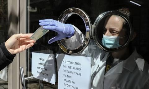 Κορονοϊός: Μείωση του ΦΠΑ σε μάσκες, γάντια και αντισηπτικά ζητούν οι φαρμακοποιοί