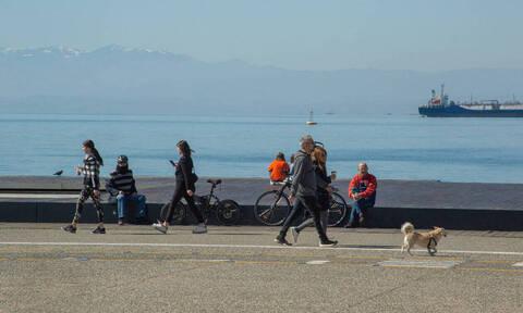 Κορονοϊός: Οι Θεσσαλονικείς... γράφουν τα μέτρα - Απίστευτες εικόνες από την παραλία
