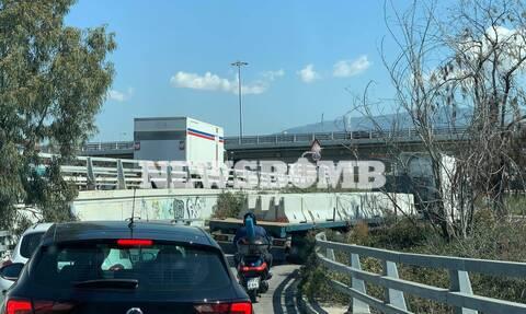 Φορτηγό «μπλόκαρε» την έξοδο της Εθνικής Οδού στο Σ.Ε.Φ. (pics&vid)