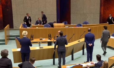 Κορονοϊός: Κατέρρευσε ο υπουργός Ιατρικής Περίθαλψης της Ολλανδίας (vid)