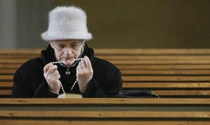 Κορονοϊός Πολωνία: Αφού οι πιστοί δεν μπορούν να πάνε στην εκκλησία οι ιερείς βρήκαν εναλλακτική