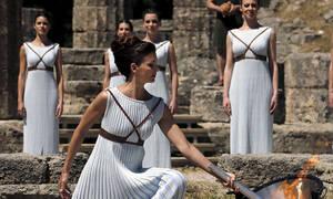 Афины передали Токио олимпийский огонь для Игр-2020 при пустых трибунах