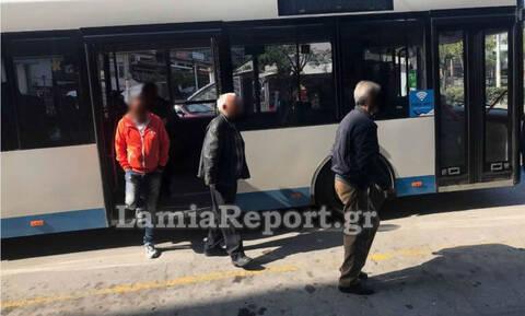 Κορονοϊός - Λαμία: Ηλικιωμένοι λιάζονται στην πλατεία Πάρκου παρά τις εκκλήσεις των ειδικών