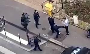 Εικόνες ΣΟΚ - Αστυνομικοί πλακώνουν στο ξύλο άτομα που δεν μένουν σπίτι τους (pics+vids)